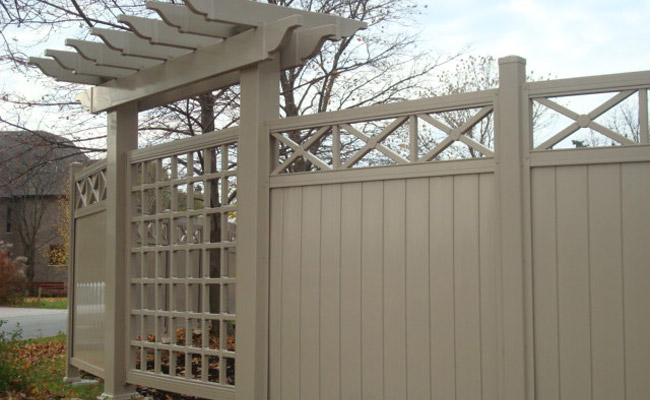 alpa vinyl fence with decorative accents